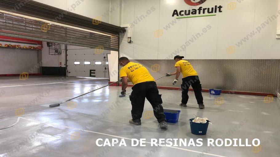 Grupo Pavin aplica a rodillo la primera capa de resina, en esta ocasión es un epoxi base agua