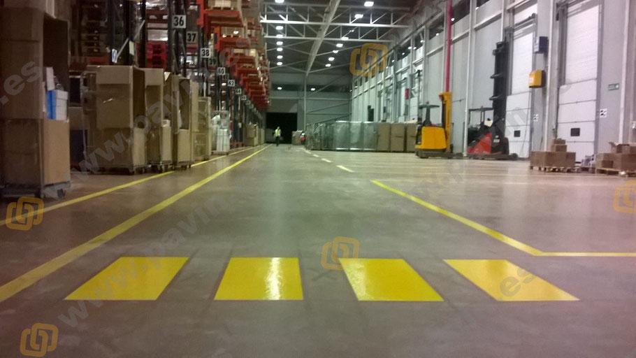 pasos de peatones señalización industrial de una nave logística