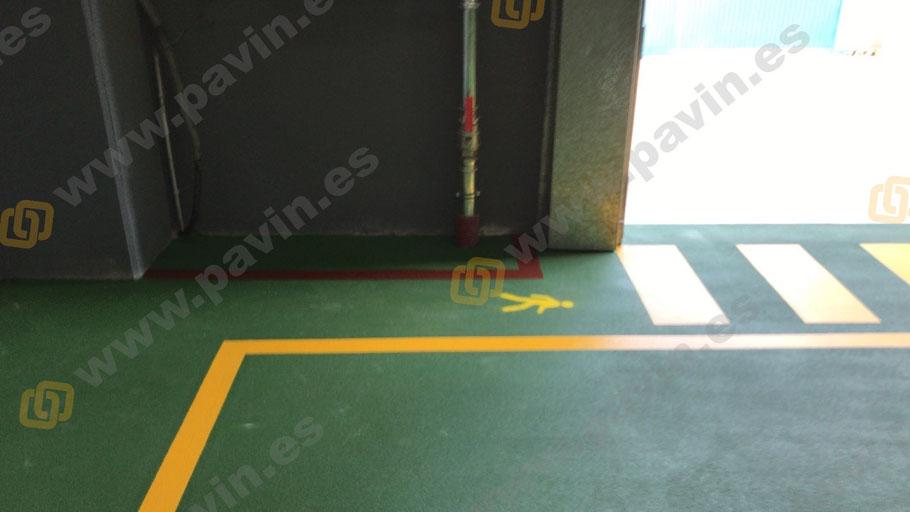 Imprimación arenada a saturación de resinas epoxi para la Señalización pasos peatonales, pasillos peatón con muñeco y zona anti incendios