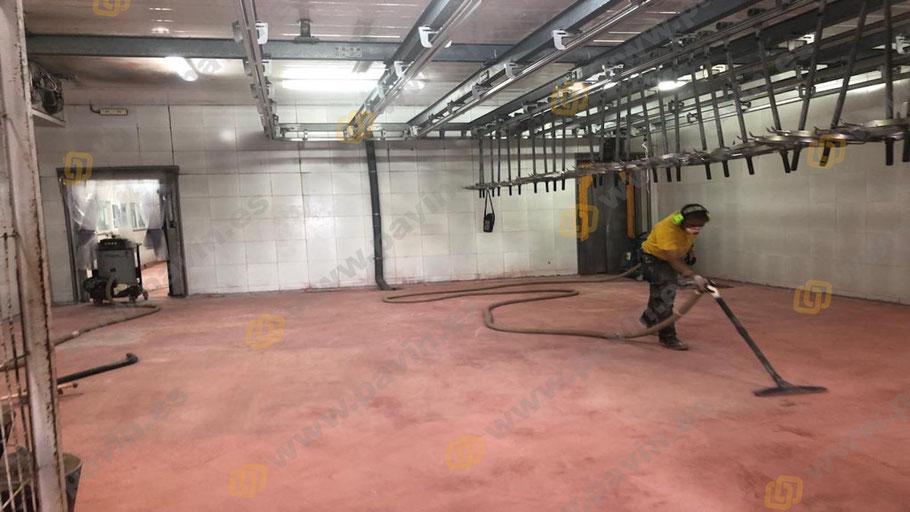 Pintar suelos de resina para naves de mataderos homologados sanitariamente con Grupo Pavin es garantía de éxito