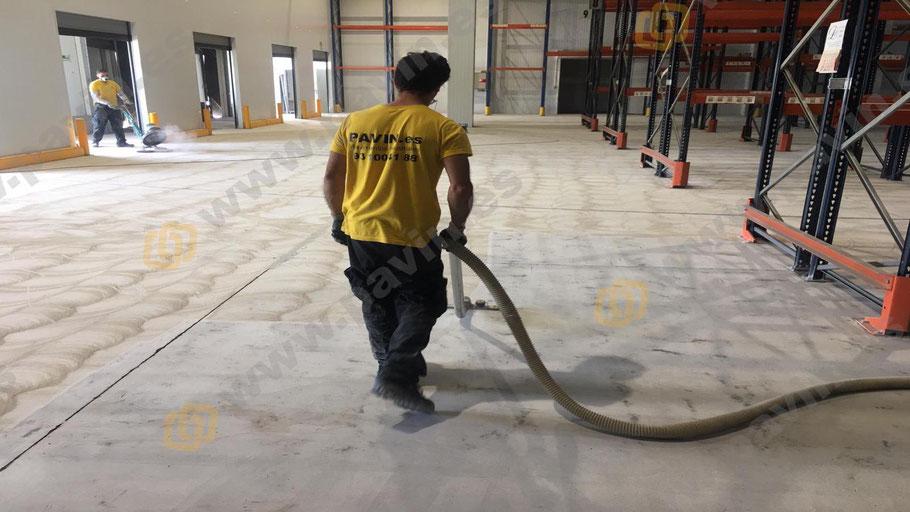 Aspiración industrial del polvo sobrante para aplicar suelos de resina epoxi para naves pharma