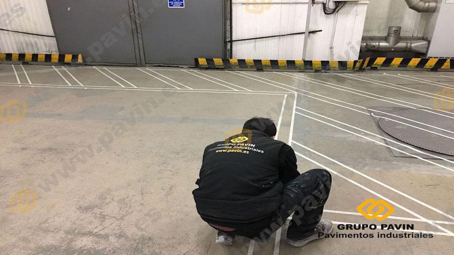 Pasos en la aplicación de la señalización con resinas señalización cruzada en pavimentos industriales