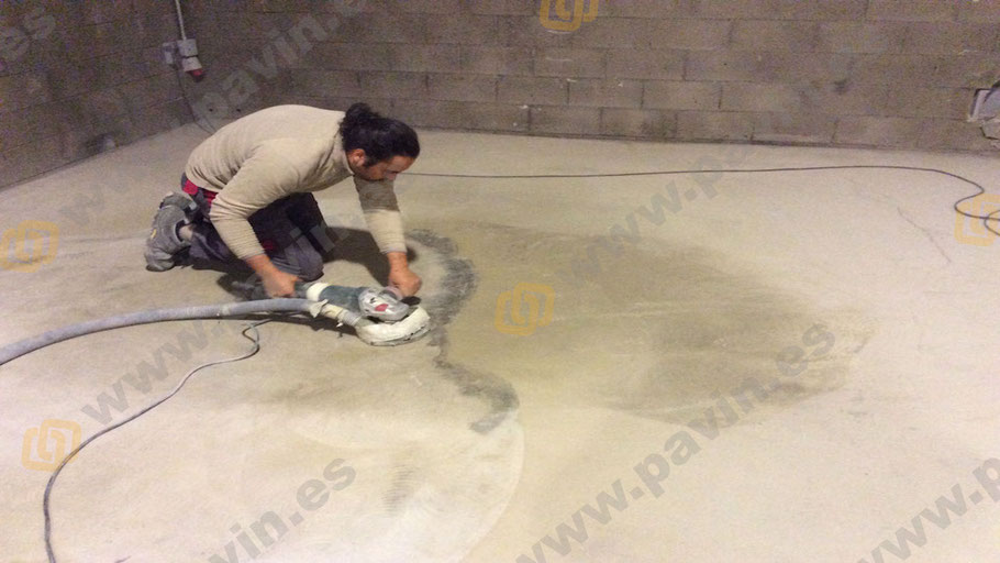 Preparamos la superficie del pavimento industrial con radial y aspiración