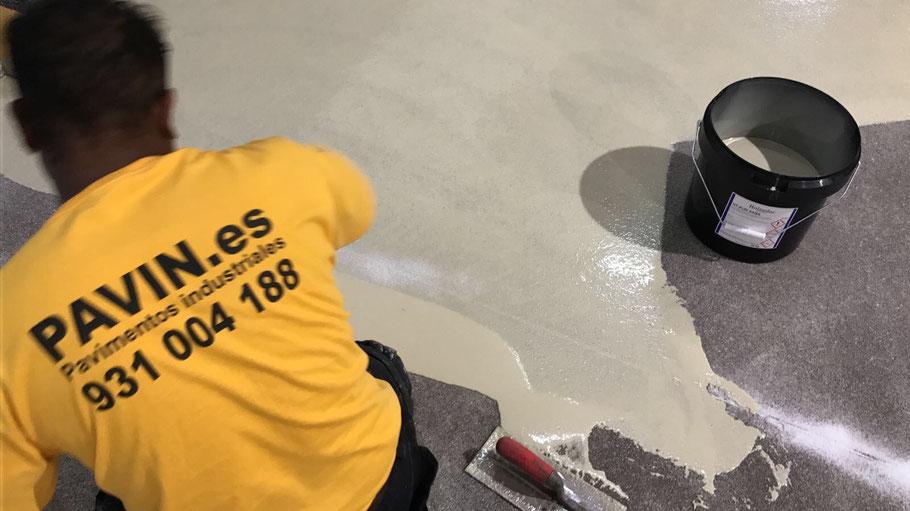 Aplicación de un suelo de resinas para un pavimento industrial multicapa antideslizante