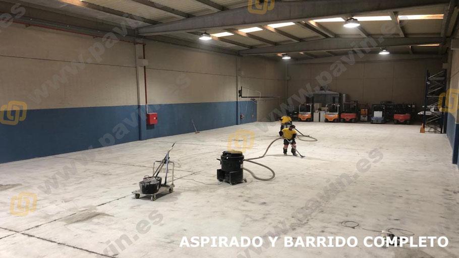 Aspirado y barrido completo del soporte antes de la aplicación del suelo de resinas para naves de producción