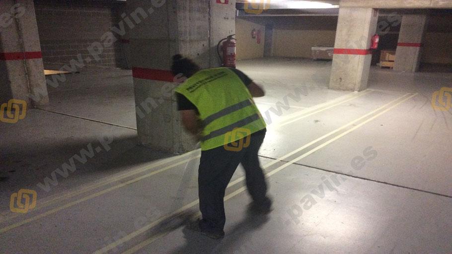Pintado de suelos en la señalización en un pavimento industrial