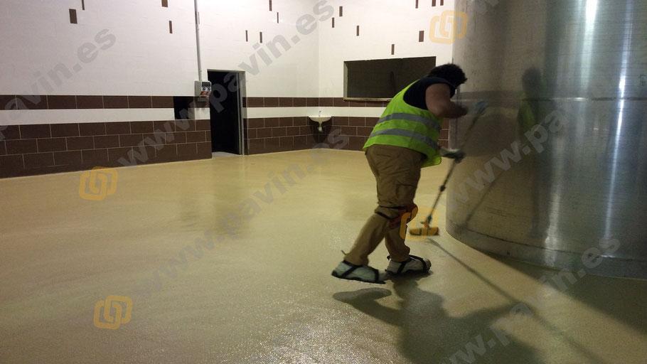 Suelos de resina multicapa con poliuretano cemento monocolor para pavimentos industriales aplicados por Grupo Pavin