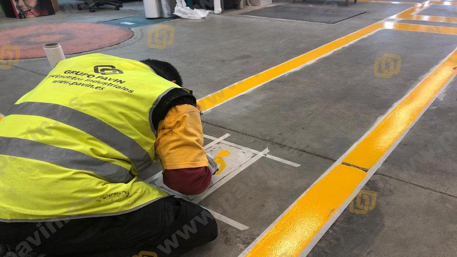 Muñecos de peatón en los pasillos peatonales para el trabajador dentro de la empresa aplicados con maestría por Grupo Pavin