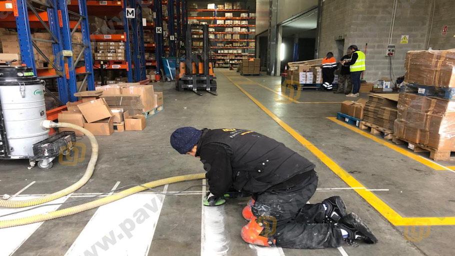 Preparación del soporte con desbastado mecánico y aspiración industrial para la señalización industrial para centros logísticos por Grupo Pavin