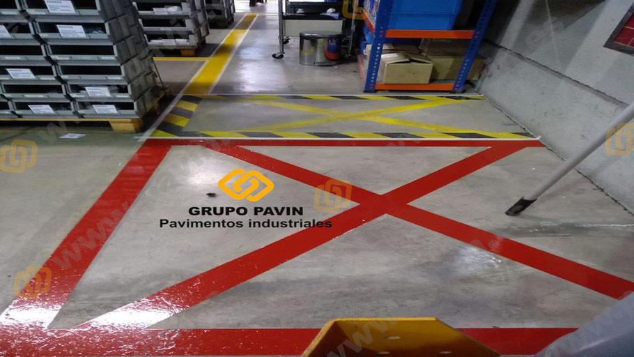 Señalización en el pavimento para zonas de especial atención, como los extintores