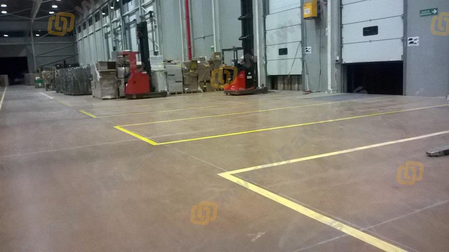 marcaje de líneas en la zona de playas y muelle de carga para la señalización industrial de una nave logística