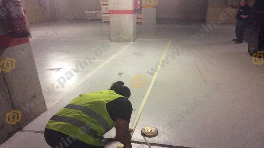 Señalización en un pavimento industrial replanteo pasillos peatonales en el parking