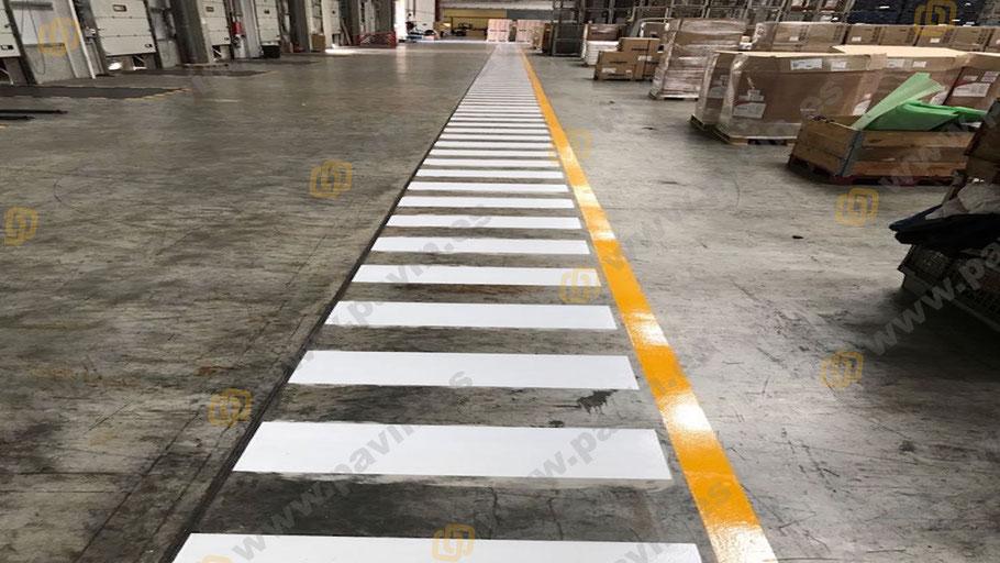 Pasos de cebra en la señalización interior y exterior para la empresa