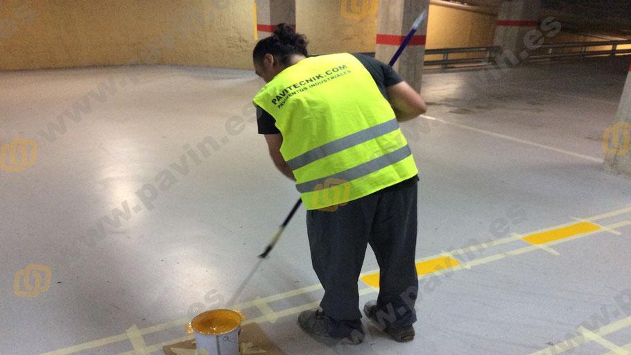 pintado del suelo en la señalización en un pavimento industrial