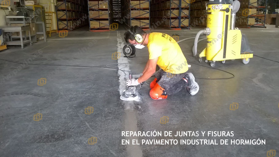 Reparación para fisuras y juntas en un pavimento de hormigón industrial  deteriorado por el uso intensivo