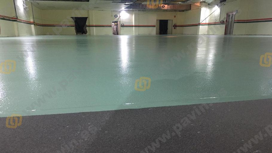 Detalle de acabado en el suelo de resinas para la aplicación de pavimentos industriales para salas blancas ( ESD ) por Grupo Pavin
