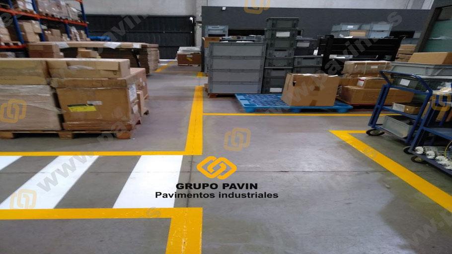 Detalle de pasillos para la señalización industrial en un fin de semana sin interrumpir la actividad de la empresa