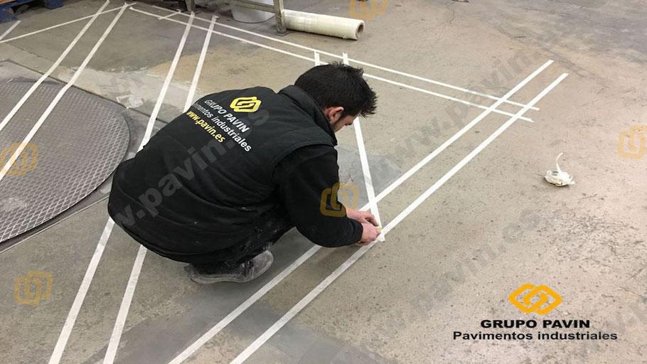 Colocación inicial de las cintas para señalización cruzada en pavimentos industriales