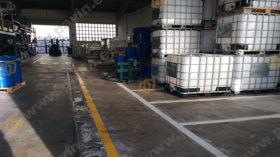 Pasillos peatonales delimitados en la señalización industrial para empresa química
