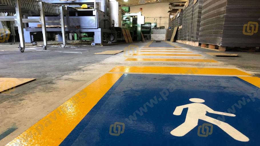 Muñeco de peatón sobre alfombra en pasillo peatonal para la señalización pasillos peatonales y pasos de cebra en la empresa