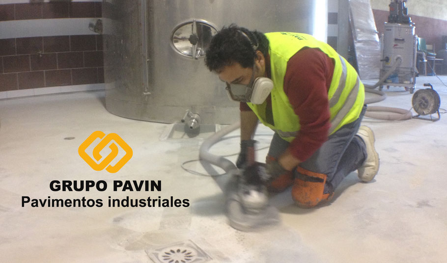 Preparación del soporte antes de aplicar un suelo de resinas con poliuretano cemento para una bodega en la D.O. Penedès