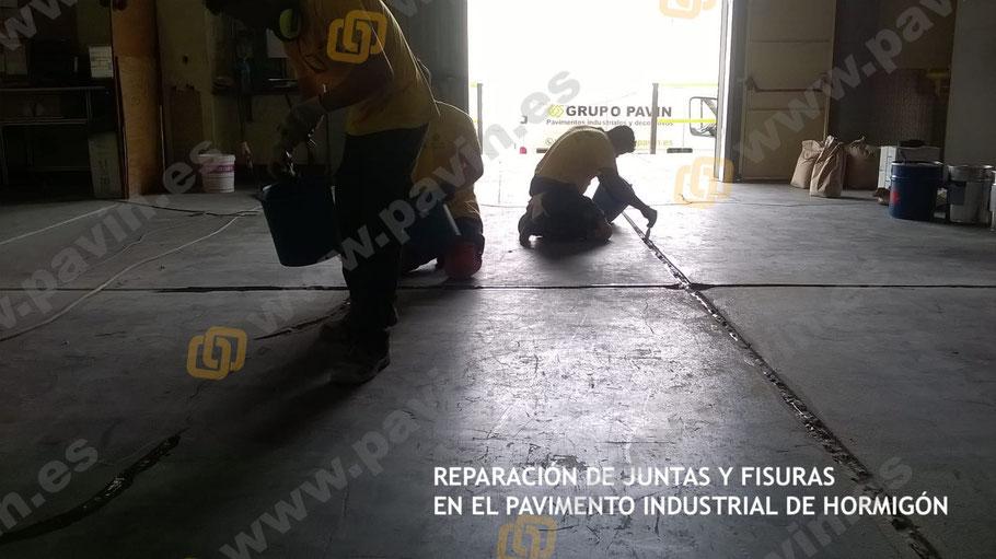 Imprimación de la junta de retracción antes de aplicar el mortero de relleno para sanear y enrasado al pavimento de hormigón existente