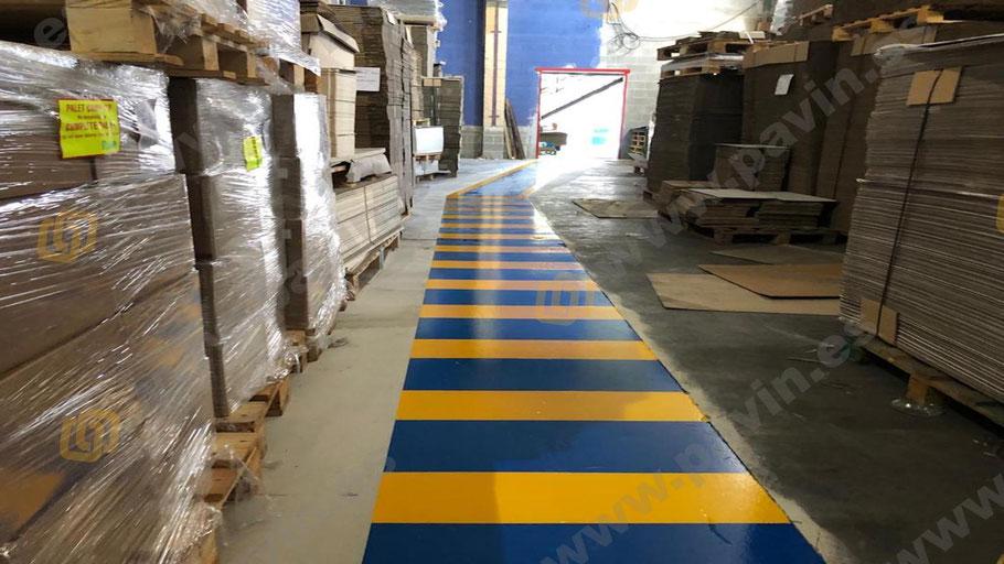 Detalle de la señalización pasillos peatonales y pasos de cebra en la empresa