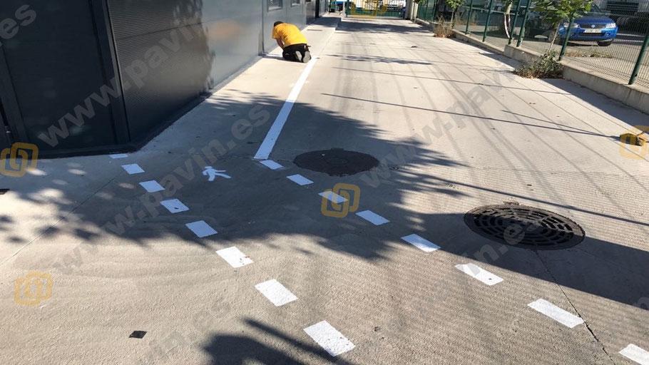 Señalización industrial de pasillos peatonales en el exterior de la empresa
