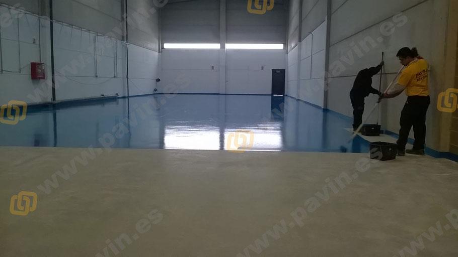 aplicación la capa de sellado de pintura epoxi para suelos aplicada por Grupo Pavin