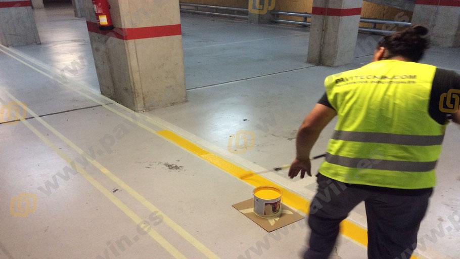 Pintado a rodillo de suelos para naves en la señalización en un pavimento industrial