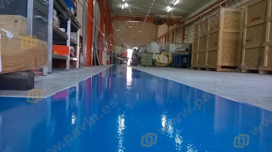 detalle de la segunda capa para el suelo de resina en la eñalización de un pasillo peatonal para una nave industrial