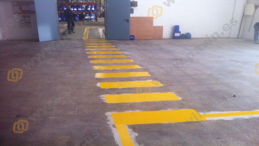 Señalización industrial de pasos cebreados en la empresa