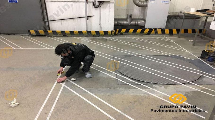 Atención a los detalles señalización cruzada en pavimentos industriales