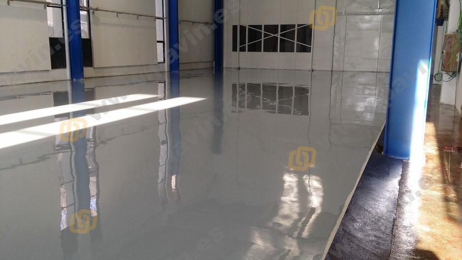 Pavimentos industriales de hormigón terminados con suelos de resina autonivelantes