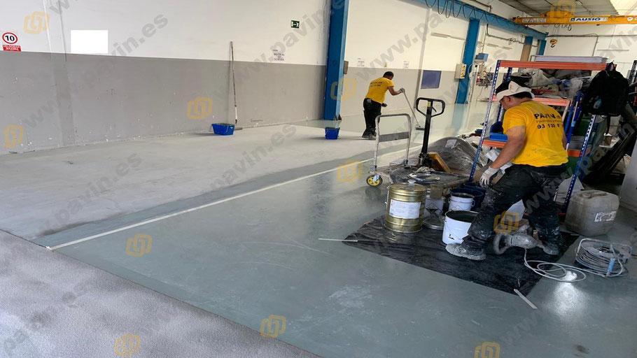 Nuestro equipo de aplicadores en pleno proceso de instalación de un suelo de resinas para una fábrica en Barcelona