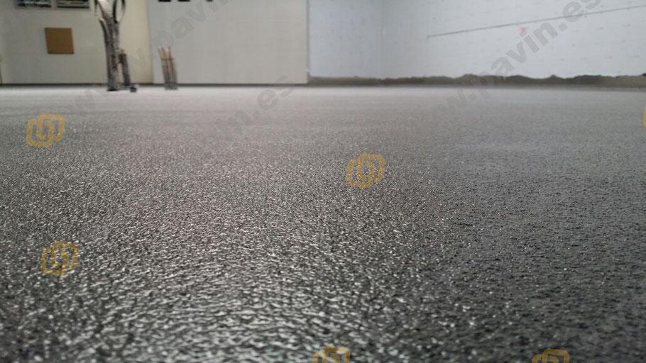 Detalle de un suelo de resina antideslizante y acorde a la legislación antideslizante para pavimentos industriales
