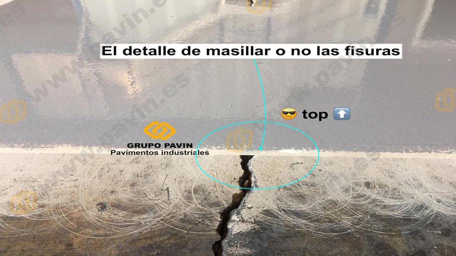 Detalle de masillar o no las juntas en un pavimento industrial logístico con una muestra sin cargo que realiza Grupo Pavin