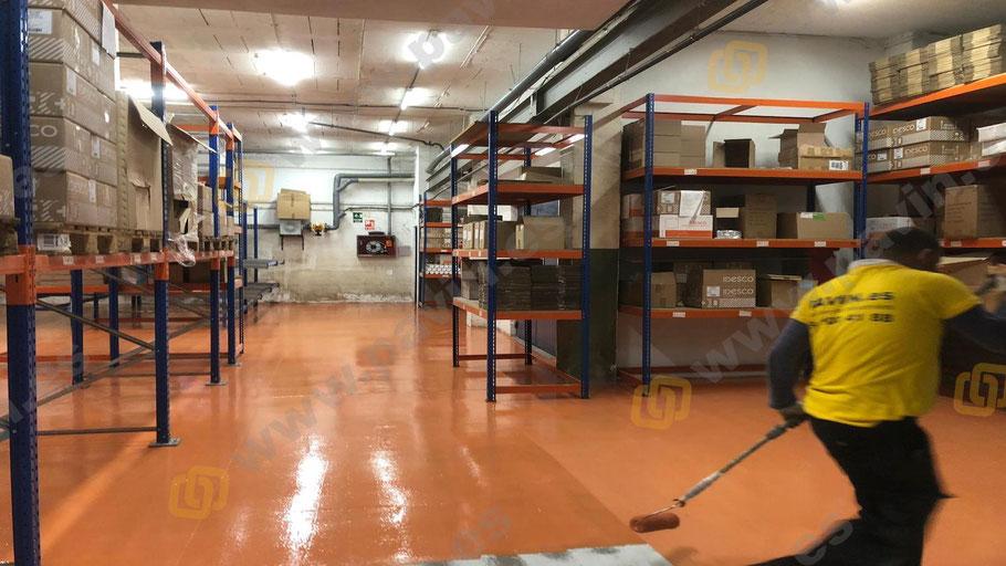 Acabado de los suelos de resinas para la logística sobre cerámica aplicados por Grupo Pavin