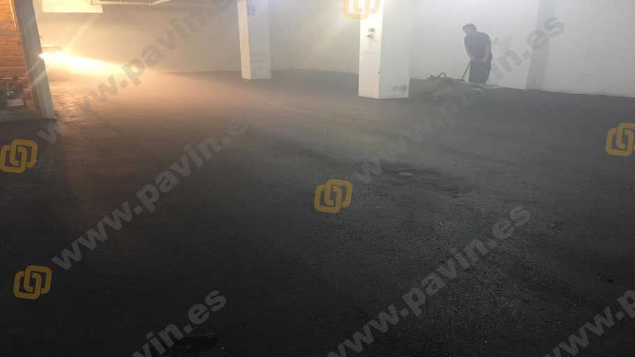 Aplicación de un pavimento de asfalto para renovar un parking