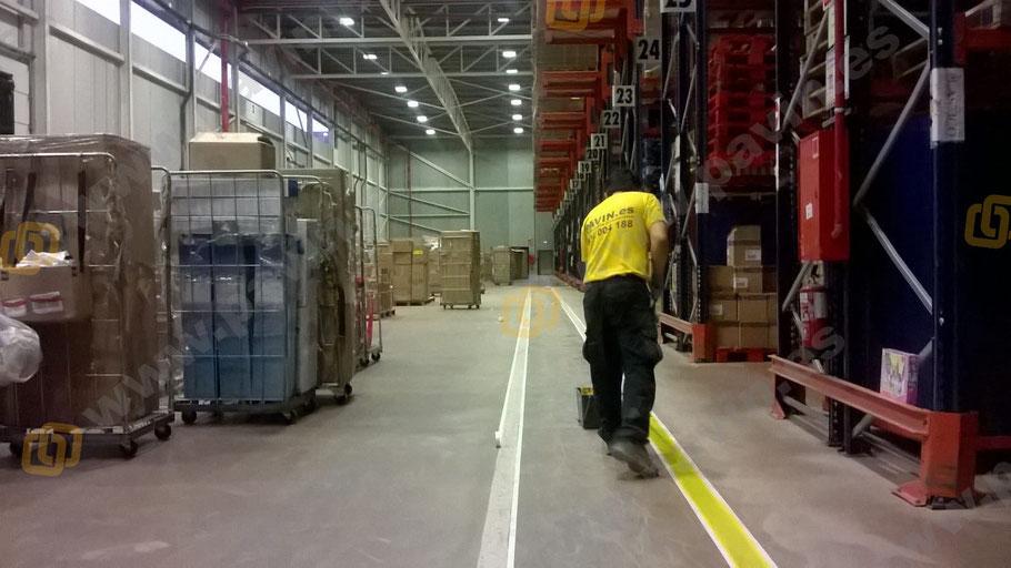 preparación del soporte en la señalización industrial de una nave logística