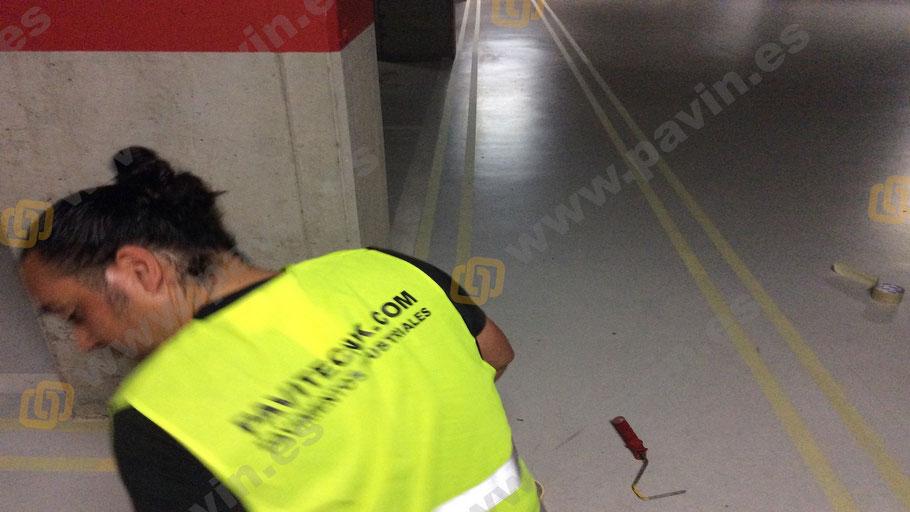 Demarcación de pasillos en la señalización en un pavimento industrial