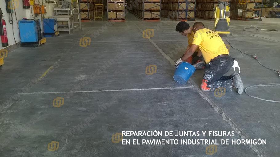 Relleno con resinas y árido formando un mortero duro-elástico para la protección de estas juntas y fisuras en el pavimento de hormigón