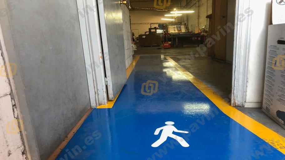 Muñeco de peatón en el paso de puertas para la señalización pasillos peatonales y pasos de cebra en la empresa