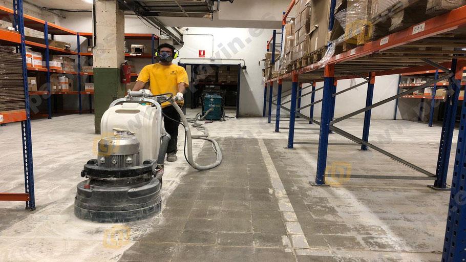 Preparación del soporte para suelos de resinas para la logística sobre cerámica aplicados por Grupo Pavin