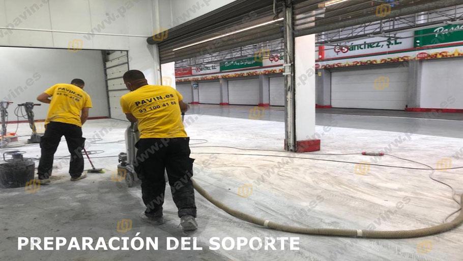 Dianovado del soporte con aspiración industrial de todo el antiguo pavimento de resinas, hasta conseguir una superficie apta