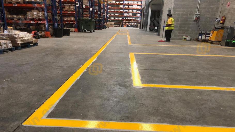 Grupo pavin realiza la señalización de pasillos peatonales en la empresa sobre un pavimento de hormigón
