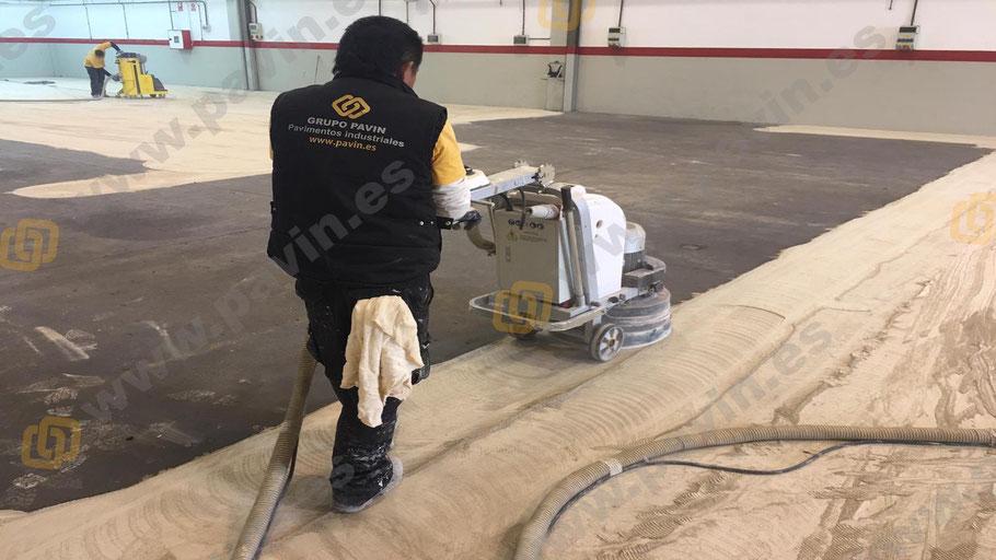 Preparación del soporte mediante el dianovado del pavimento de hormigón para la aplicación de pavimentos para fábricas de herramientas por Grupo Pavin