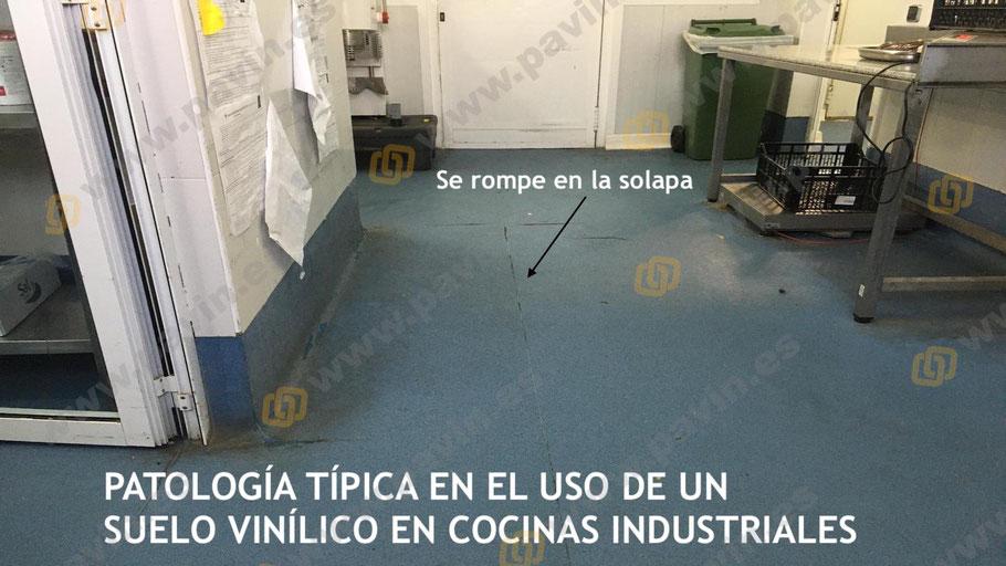 Suelos vinílicos en cocinas industriales que se acaban levantando en más de un punto, haciendo peligroso el desarrollo del trabajo