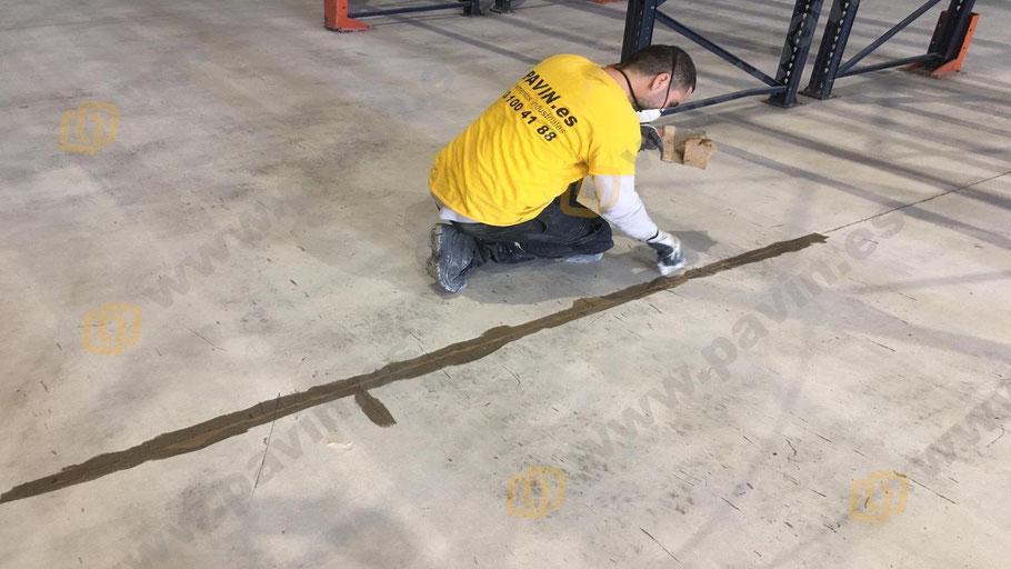 Reparación de juntas y fisuras en el pavimento para aplicar suelos de resina epoxi para naves pharma
