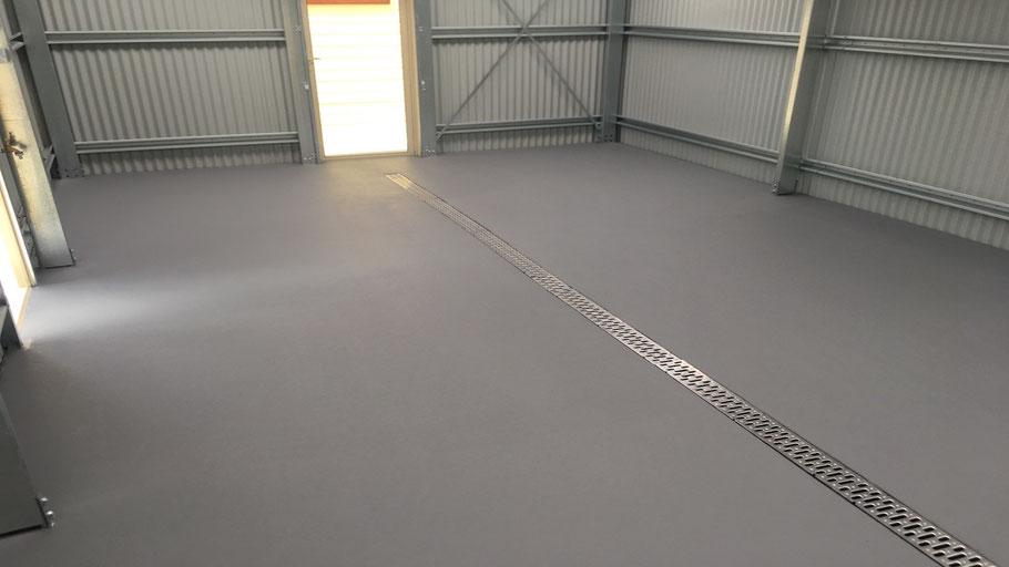 Suelos de resina para pavimentos industriales aptos para evitar caídas a nivel